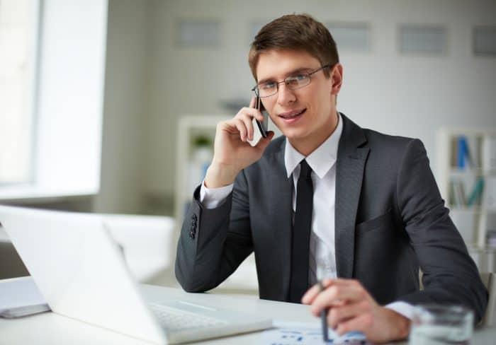 転職エージェントに電話で相談する男性