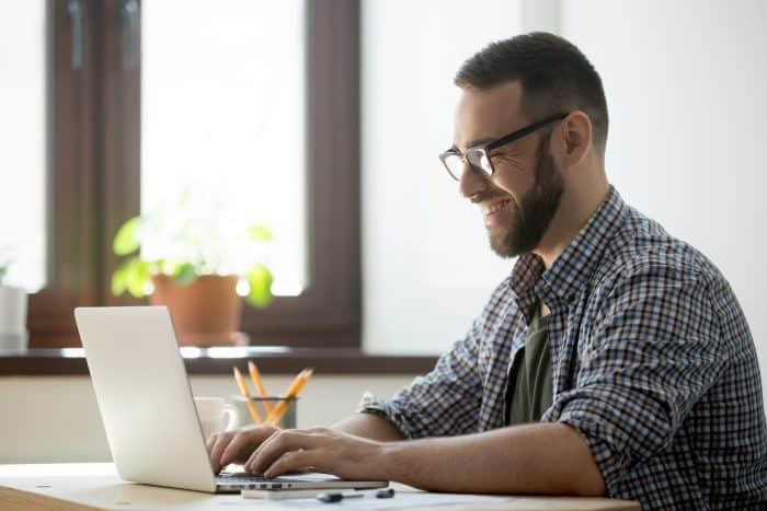 Web業界の職種一覧を確認する男性