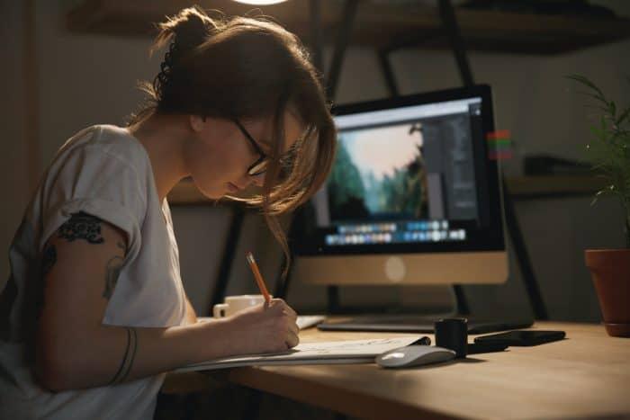 未経験からWeb系への転職を目指す方法を探す女性