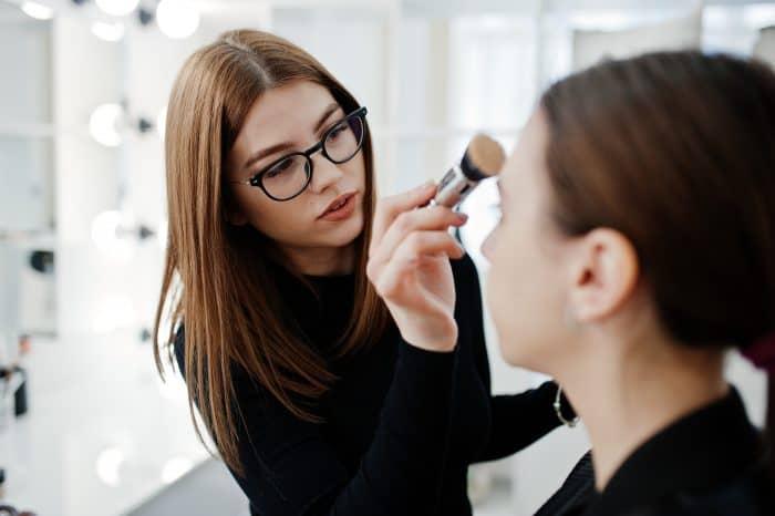 化粧品会社の仕事内容と転職難易度