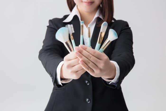 化粧品会社に転職するなら知っておきたい年収や業界事情