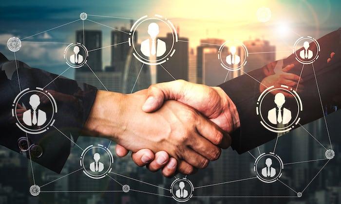 採用担当と手を繋ぐ求職者