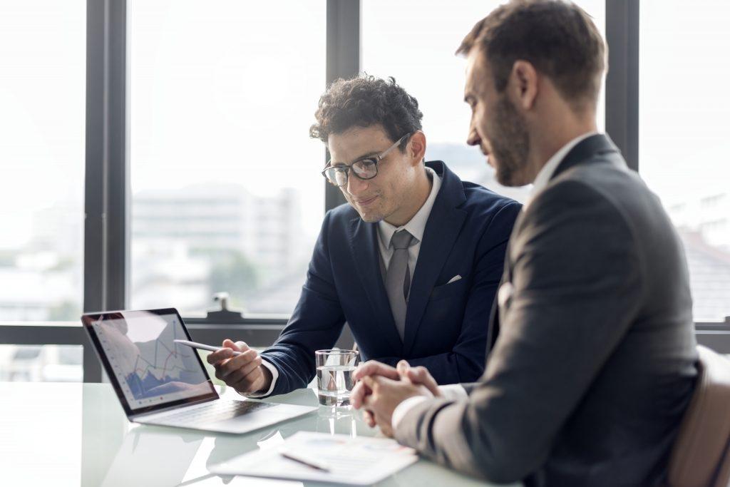 Web業界に転職するなら知っておきたいことを教えてもらっている男性