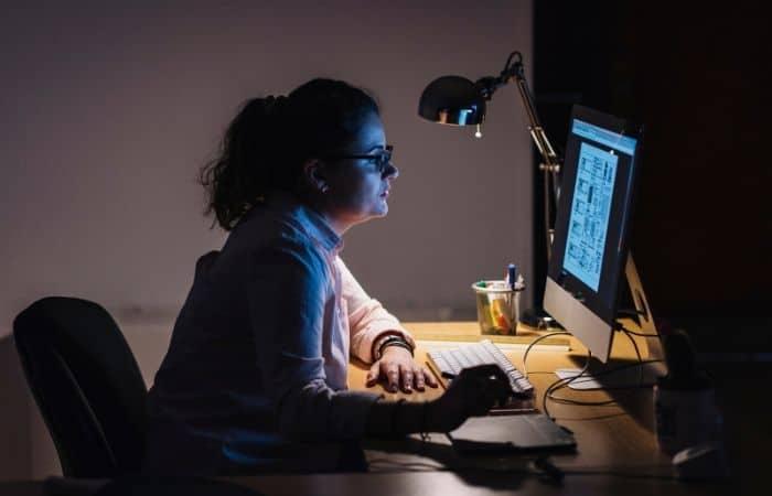 エンジニアの勉強をする女性
