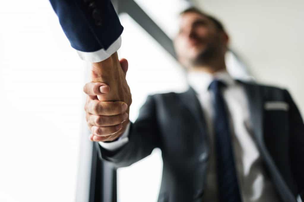 転職エージェントと握手をする男性