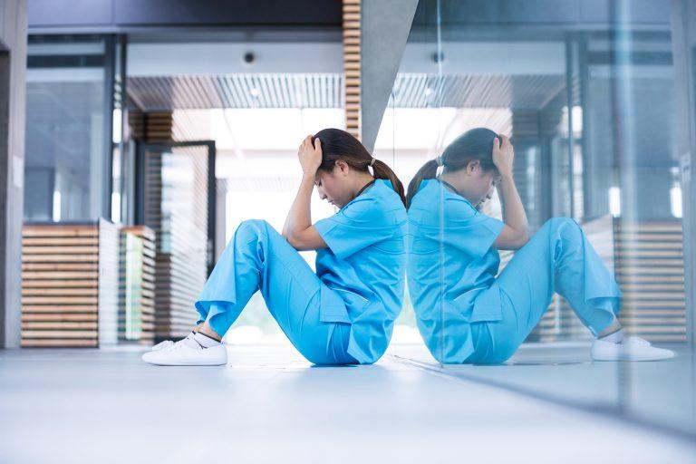 夜勤に行きたくないと悩む看護師