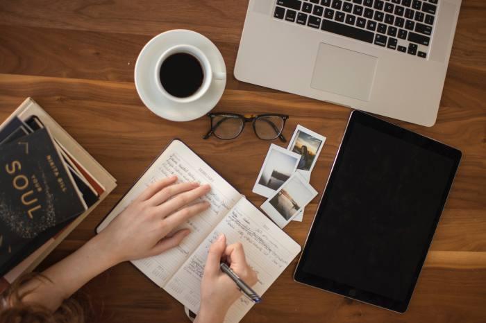 出版社と似た業界への転職も視野に入れる